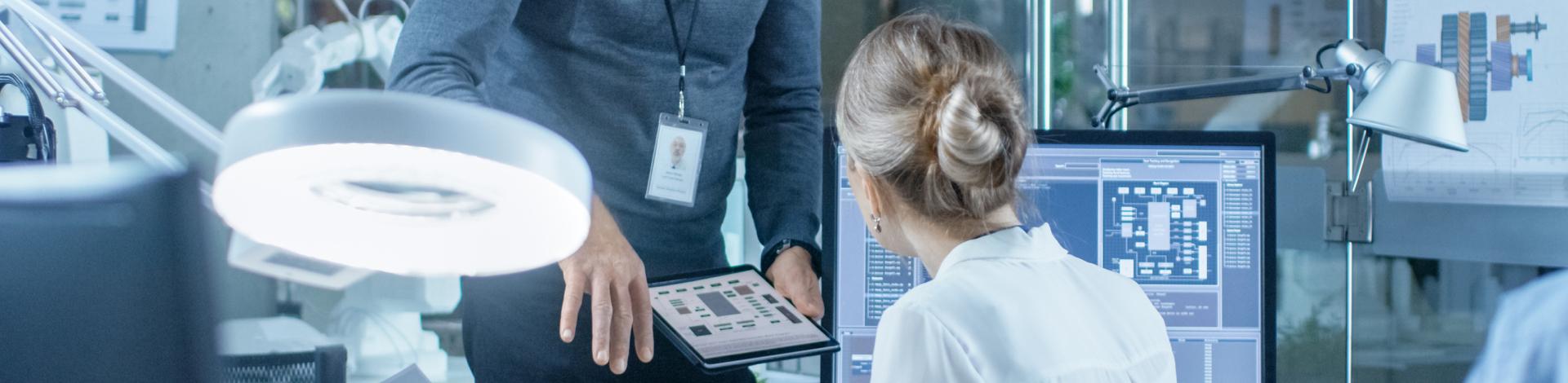 男人和女人谈论盈方的计算机和平板电脑